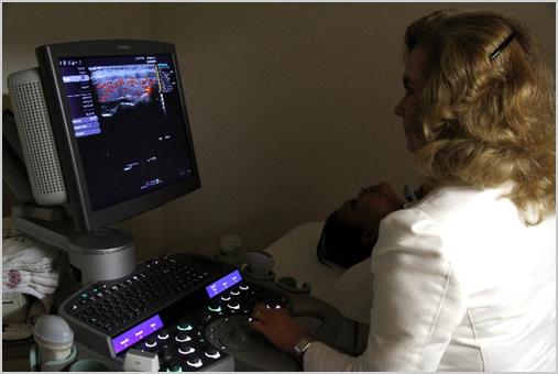 Dra. Lucy Kerr realizando exame tríplice na Sonimage